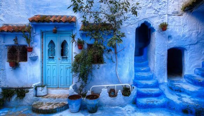 Они взяли небесно-голубую краску и преобразили райский древний город