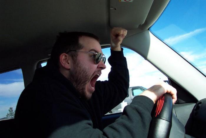 Выругавшись на водителя соседней машины, мужчина даже и не подозревал, как он ПОПАЛ!