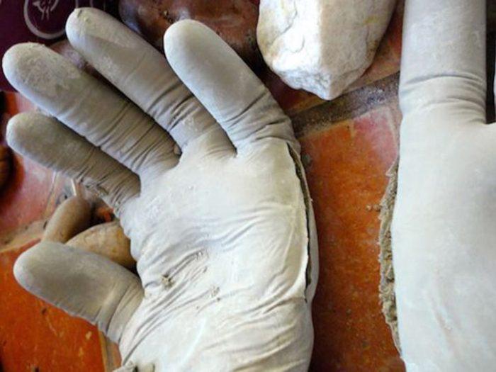 Она взяла цемент и резиновые перчатки. После этого садоводы берут с нее пример!