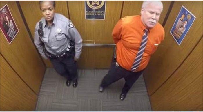 Они остались в лифте одни. Когда камера словила их на горячем, это мигом разлетелось по Сети!