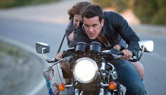 Парень с девушкой на огромной скорости попали в аварию на мотоцикле… Но то, что сделал парень, восхищает!