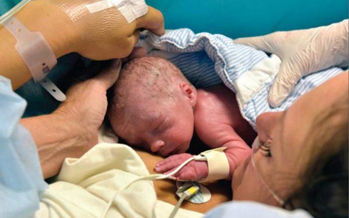 Впервые в мире она родила ТАК. Здоровый малыш сделал родителей самыми счастливыми!