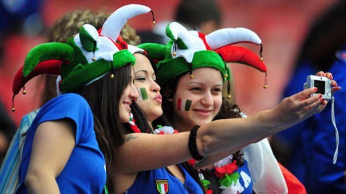 Пока американец, итальянец и француз решали, кто будет ухаживать за девушкой, русский парень сидел в сторонке и тихо посмеивался…(18+)