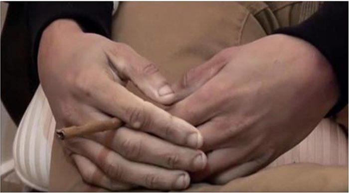 Когда узнаешь, чьи это руки, по телу побегут мурашки. Странный жест.