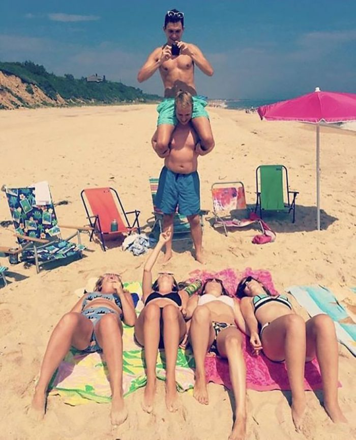 подружки фоткают себя на пляже мужчина