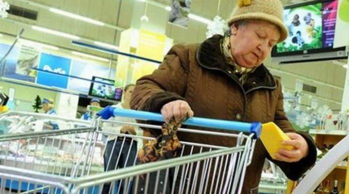 Старушка феерично отомстила кассирше в магазине. Будет знать, как хамить людям!