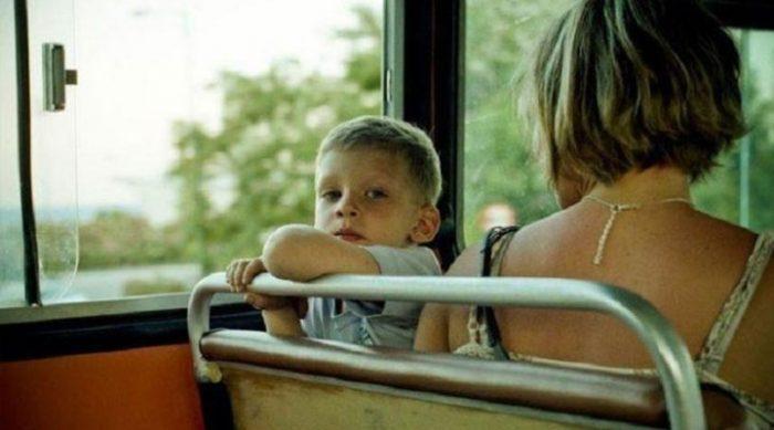 Ребенок пинал девушку ногой в автобусе. То, что сделал проходящий мимо парень стало маме наукой