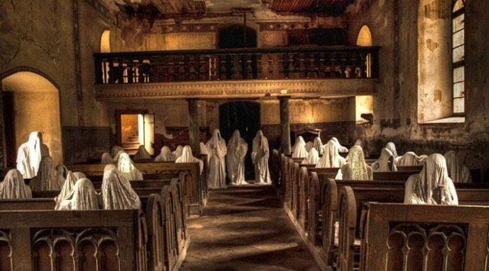 Призраки в заброшенной церкви святого Георгия. Они привлекают туристов со всего мира.