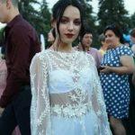 «Когда мы шли по площади, люди показывали на меня пальцем»: в Сети бурно обсуждают платье выпускницы
